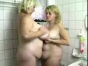 Ducha caliente con mi madre gorda