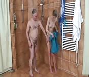 En la ducha con mi abuelo para follar