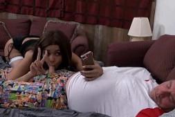 Aaliyah Hadid se hace selfies con el rabo de su padre en la cama