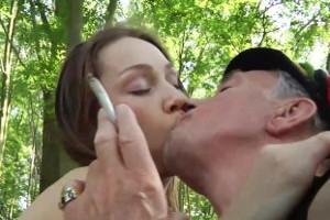 Abuelo liberal se folla a su guapa nieta en un parque público