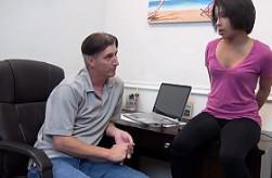 Acude al despacho de su padre para desfogarse con sexo