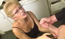 Agarra la polla de su nieto y le pajea hasta recibir una gran lefada