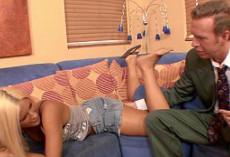 Aprovecha el empalme de su tío para follárselo sobre el sofá