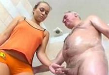 Baño con jabón a mi abuelo y terminamos teniendo sexo en la ducha