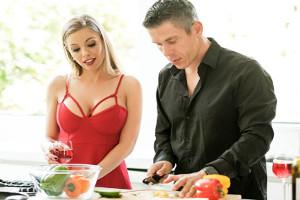 Britney Amber se abre de piernas para su cuñado en la cocina