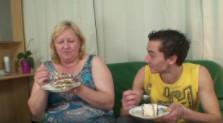 Celebra el cumple de su suegra con un polvete y acaban pillados