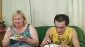 Celebra su cumpleaños follándose a su suegra en el salón