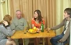 Cena en familia se convierte en una orgía brutal en el salón
