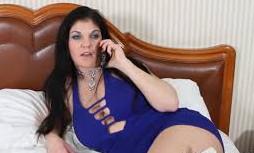 Coge el teléfono y llama a su cuñado para pasar un buen rato