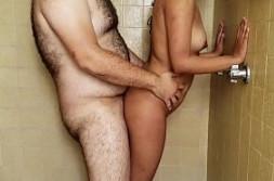 Comparte la ducha con su tío y le deja penetrar su coño