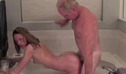 Compartí ducha con mi abuelo y me lo follé sin dudarlo