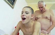 Compartí ducha con mi abuelo y salimos de allí muy cachondos