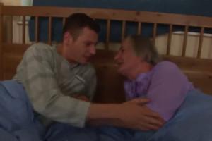 Comparto cama con mi querido nieto y terminamos follando