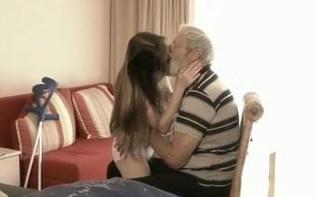 Cuida de su nieta hasta el punto de follársela en su cama