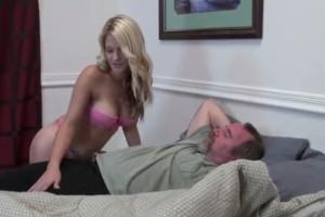Despierta y se folla a su hijita tras ver lo cachonda que estaba
