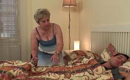 Despierto de la siesta con mi abuela queriendo probar mi polla