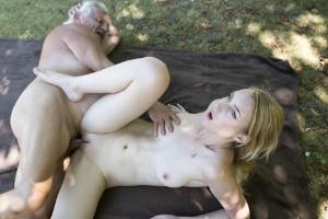Distraigo del yoga a mi abuelo hasta follármelo en el parque