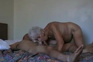 Doy una alegría a mi abuela tras follármela en la cama