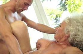 El coño peludo de mi abuela me excita