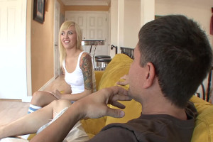 Emma Mae deja que su padrastro rellene su coño de lefa