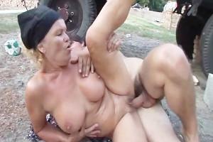Granjera se lanza a por su nieto y follan junto al tractor