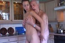 Hace compañía a su abuelo y se lo folla duro en la cocina