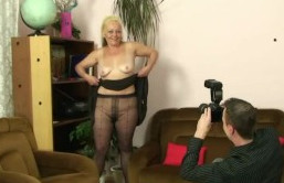 Hace fotos a su suegra desnuda y acaban follando en el salón