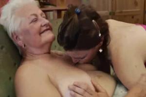 Hago disfrutar a mi abuela con una follada lésbica en el sofá