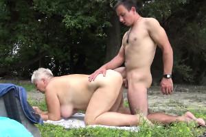 Hago nudismo con mi suegra y terminamos follando en público