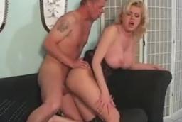 La pija de mi suegra termina pidiéndome sexo duro en el sofá