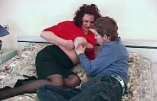 Milf gordita hace compañía a su hijastro para follárselo en la cama