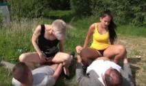 Morena culona se pone a follar en familia junto a la carretera