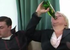 Nos follamos a nuestra abuela borracha
