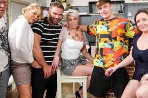 Organizan una orgía familiar en un bar para desvirgar a su sobrino
