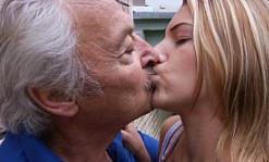 Pide perdón a su abuelito y lo hace dándole a probar su coño
