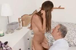 Pilla a su sobrina desnuda con un consolador y le echa una mano