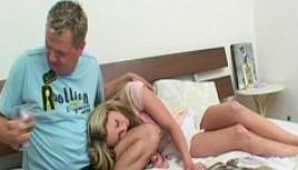 Pillé borracha a mi hijastra y no dudé en follármela