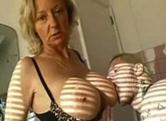 Pruebo los pechotes de mi suegra en la ducha