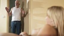 Recibo desnuda en la cama a mi abuelo y logro que me folle
