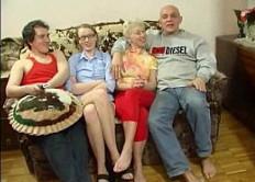 Reunión en familia termina en follada en grupo sobre el sofá