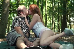 Soy una pervertida y se lo dejo claro a mi abuelo en el bosque