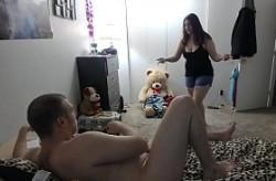 Su cuñada gorda lo pilla pajeándose y le echa una mano