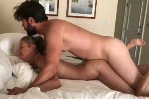 Su madre le pidió sexo y que acabase el polvo con una corrida interna