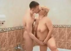 Su tía gordita le espía y termina follándoselo en la ducha