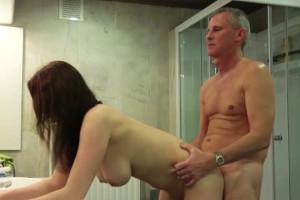 Tengo un abuelo cachas y le seduzco en la ducha para que me folle