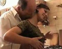 Termino follando en la cocina con papá