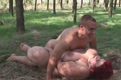 Tira a su abuela sobre la hierba y se la mete en el bosque
