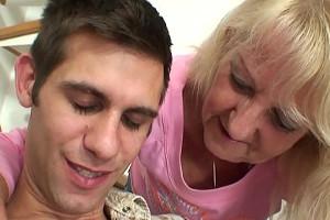 Toma vodka con la madre de su mujer y acaba dándole a probar su rabo