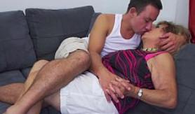 Tras unos besos, mi abuela y yo nos revolcamos en el sofá