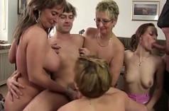 Una familia unida follan juntos en una brutal orgía casera